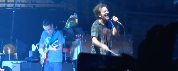 "Pearl Jam premiere ""Can't Deny Me"" in Chile"