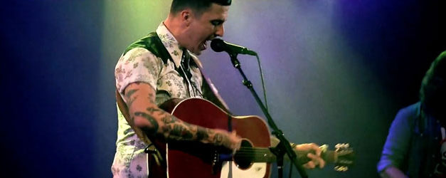 Carson Daly hands the stage to American Aquarium